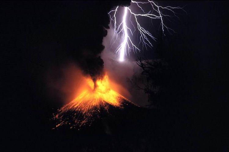 Ilustrasi kilat petir vulkanik saat gunung api meletus atau erupsi. Gunung Rinjani saat erupsi pada tahun 1994.