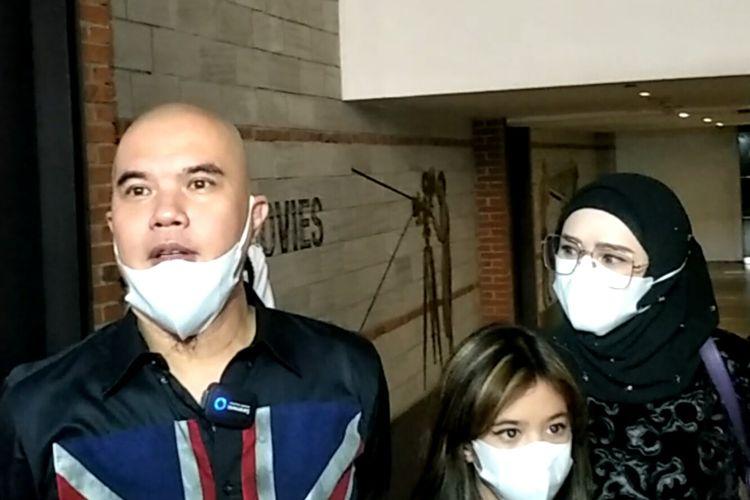 Musisi Ahmad Dhani, putrinya Shafeea Ahmad, dan istrinya, Mulan Jameela ketika ditemui di kawasan Tanah Abang, Jakarta Pusat, Senin (10/5/2021).