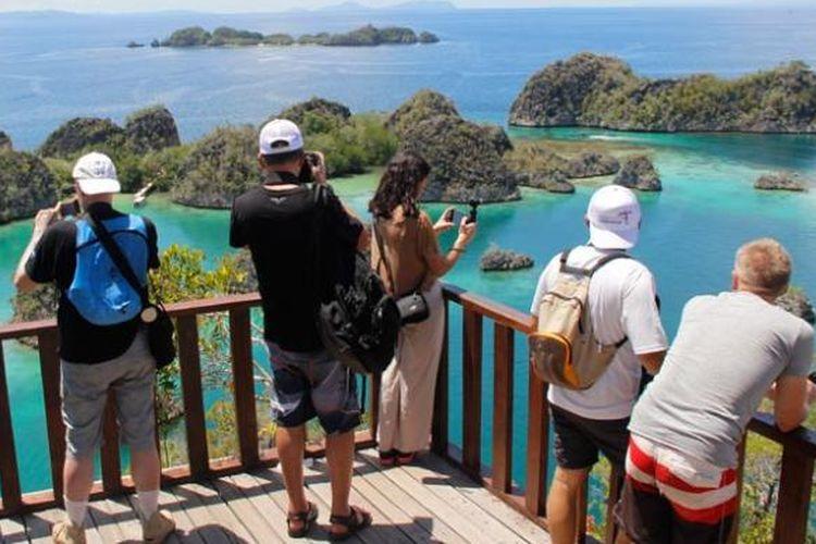 Peserta media famtrip dari Perancis yang diundang Kementerian Pariwisata di Pianemo, Kabupaten Raja Ampat, Papua Barat, Kamis (5/5/2016). Untuk melihat panorama bahari ini, wisatawan harus menaiki 320 anak tangga, sebelum akhirnya rasa capek terbayar begitu melihat keindahan Pianemo dari atas bukit.