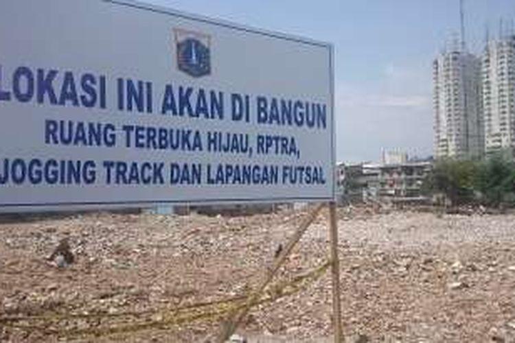 Papan pemberitahuan milik Pemprov DKI yang terpampang di Kawasan Kalijodo, Jakarta Barat, rabu (16/3/2016). Papan tersebut memberitahukan bahwa Kawasan Kalijodo akan kembali difungsikan sebagai ruang terbuka hijau.