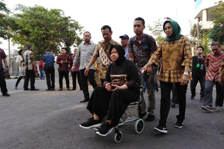 Wali Kota Surabaya, Tri Rismaharini, saat meninjau lokasi amblesnya Jalan Raya Gubeng, Surabaya, menggunakan kursi roda, Kamis (20/12/2018).