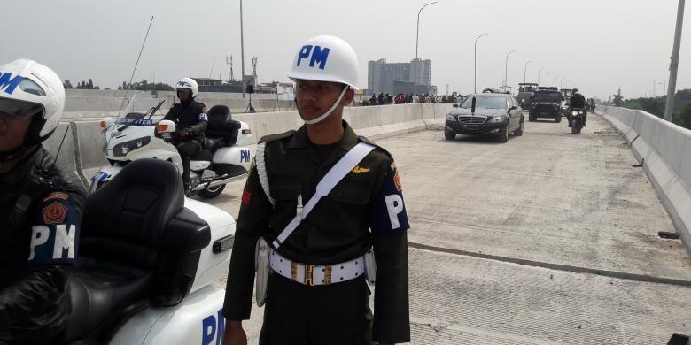 Mobil Presiden Joko Widodo melintasi proyek tol Bekasi-Cawang-Kampung Melayu, ruas Lampiri, Duren Sawit, Senin (7/11/2017)6). Jokowi meninjau perkembangan proyek itu.
