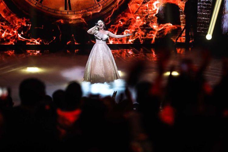 Finalis Indonesian Idol X Tiara membawakan lagu I Surrender di babak Result and Reunion Show di Studio RCTI, Kebon Jeruk, Jakarta Barat, Senin (2/3/2020).