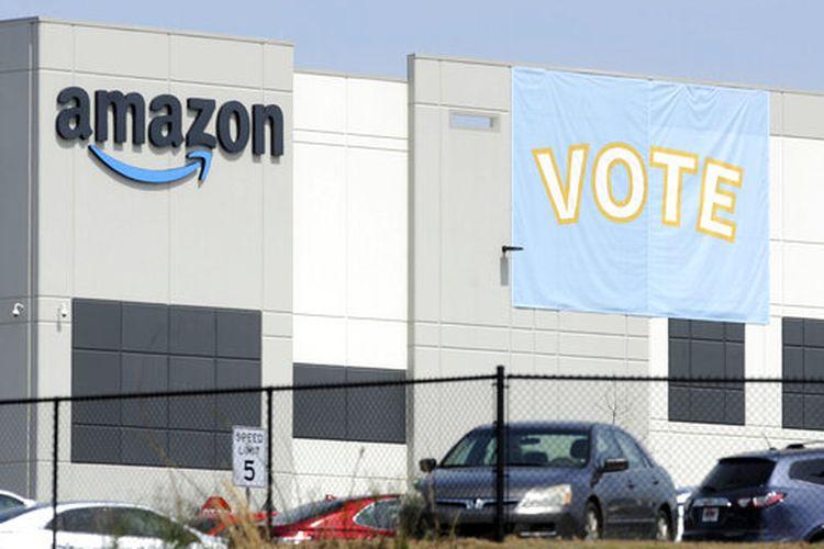 Sebuah spanduk yang mendorong pekerja untuk memberikan suara dalam pemungutan suara ketenagakerjaan ditampilkan di gudang Amazon di Bessemer, AS.
