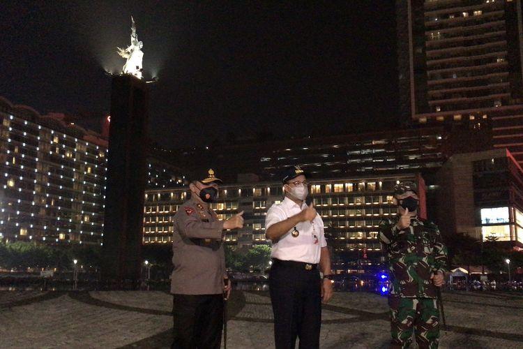 Gubernur DKI Jakarta, Anies Baswedan; Kapolda Metro Jaya, Irjen Fadil Imran; dan Pangdam Jaya, Mayjen Dudung Abdurachman di Bundaran Hotel Indonesia, Jakarta Pusat pada Rabu (12/5/2021) malam.
