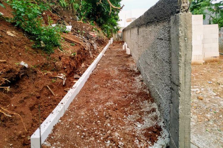 Akses menuju rumah warga di Serua, Ciputat, Tangerang Selatan setelah ditutup tembok setinggi dua meter, Rabu (8/9/2021).
