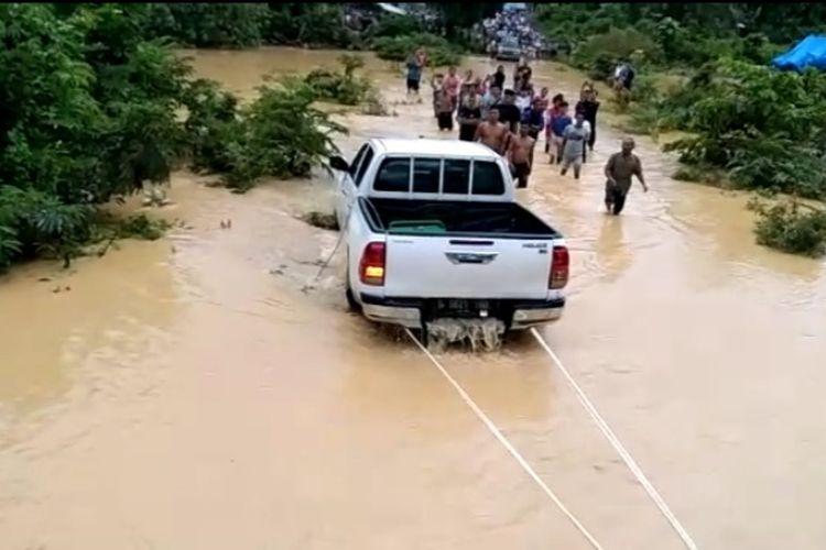 Mobil dobel kabin yang membawa lima penumpang sempat terseret arus sungai dan tenggelam saat melintasi banjir di Desa Temenggung, Kecamatan Limun. Ini penampakan mobil usai dievakuasi warga dari dasar sungai.