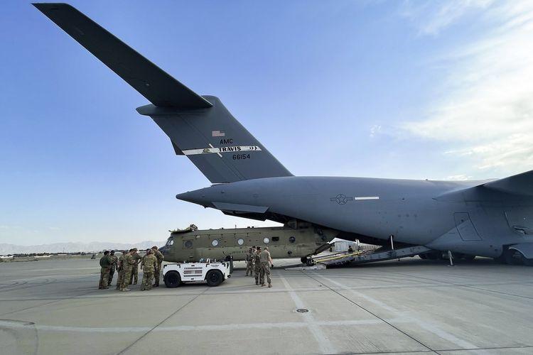 Foto dari Kementerian Pertahanan Amerika Serikat memperlihatkan satu unit CH-47 Chinook dari 82nd Combat Aviation Brigade, 82nd Airborne Division, dimasukkan ke pesawat Angkatan Udara C-17 Globemaster III di Bandara Internasional Hamid Karzai, Kabul, Afghanistan, Sabtu (28/8/2021).
