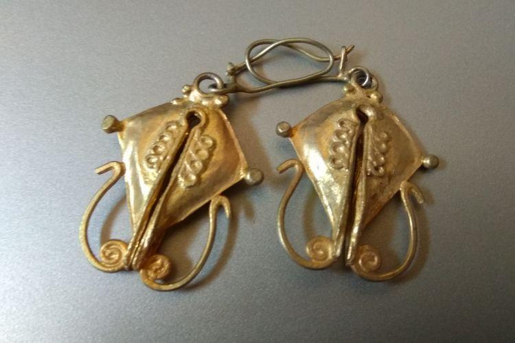 Perhiasan etnik khas Sumba, mamuli.