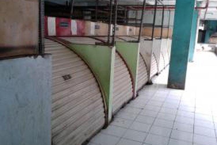 Sejumlah kios di salah satu deret di lantai tiga bangunan pasar Blok G, Tanah Abang, Jakarta Pusat, Kamis (11/7/2013). Diduga karena tak ditempati, banyak kios di tempat tersebut yang pada akhirnya rusak dan tak layak untuk ditempati
