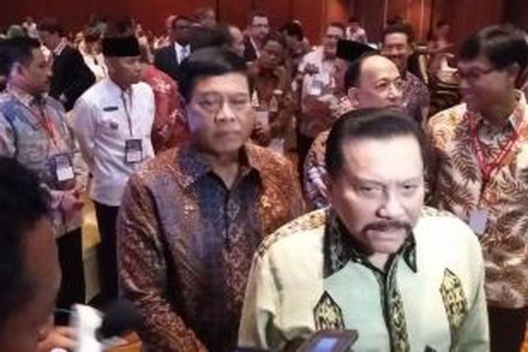Menteri Koordinator Bidang Politik Hukum dan Keamanan Tedjo Edhi Purdijatno (kiri), dan mantan Kepala BIN, Hendropriyono (kanan), di Hotel Borobudur, Jakarta, Rabu (3/6/2015).