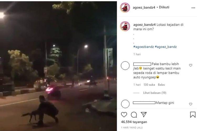 Tangkapan layar unggahan video yang memperlihatkan polisi sedang menembaki sejumlah pelaku aksi balap liar di Jakarta Timur, Sabtu (24/4/2021).