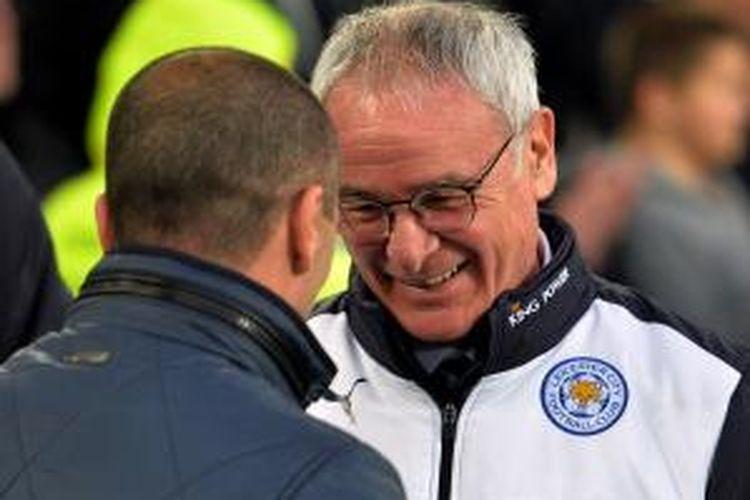 Manajer Leicester City, Claudio Ranieri, berbincang dengan Manajer Everton, Roberto Martinez, pada lanjutan Premier League kedua tim di Stadion Goodison Park, 19 Desember 2015.