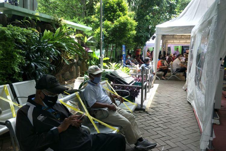 Rakya dan Sumadi ditemui di pelaksanaan vaksinasi Covid-19 bagi lansia di RSUD Pademangan, Jakarta Utara, Rabu (24/2/2021).