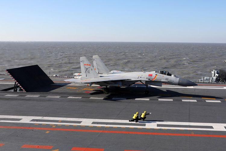 Foto yang diambil pada Desember 2016, menunjukkan jet tempur J-15 milik China yang bersiap untuk lepas landas dari kapal induk Liaoning.