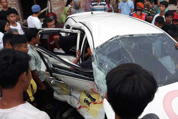 Tabrakan maut antara kereta api dengan taksi online di Padang, Minggu (15/11/2020)