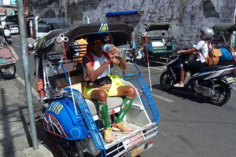 Darmiyanto (82), tukang becak sekaligus pelari veteran tengah menanti penumpang di Jl Pemotongan Salatiga,   Sabtu (14/10/2017) siang.