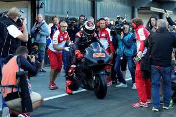 Pebalap Ducati Team asal Spanyol, Jorge Lorenzo, meninggalkan paddock untuk menguji motor Desmosedici GP16 pada tes pasca-musim di Sirkuit Ricardo Tormo, Selasa (16/11/2016).