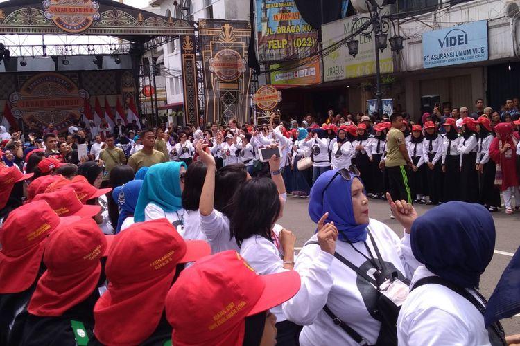 Para ibu dan mahasiswa ini rela menahan lapar demi bertemu Presiden Joko Widodo.