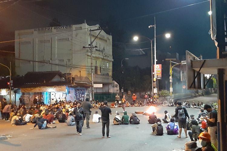 Massa aksi saat mengelar aksi menolak omnibus law di simpang tiga Gejayan