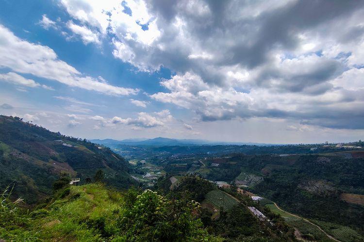 Pemandangan dari kawasan perbukitan Curug Surodipo Temanggung.