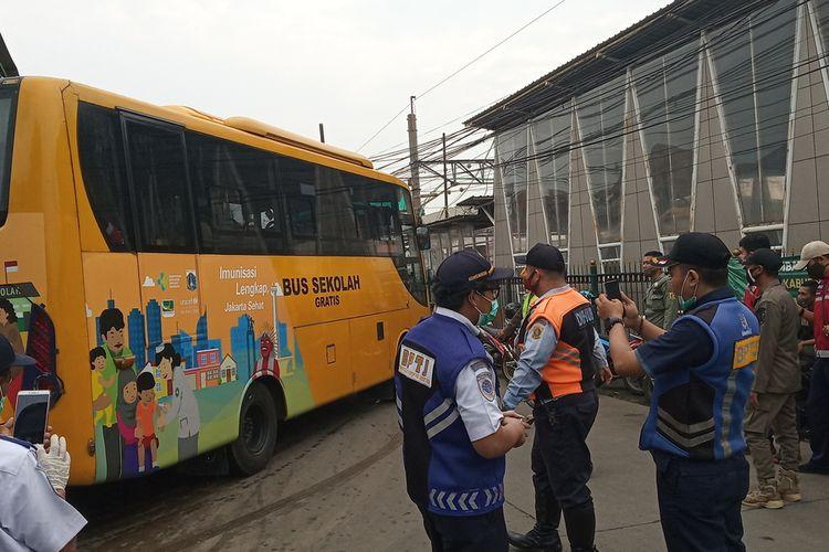 Sejumlah penumpang tampak duduk berjarak di dalam layanan bus gratis tujuan Jakarta, di Stasiun Bojonggede, Kabupaten Bogor, Jawa Barat, Senin (15/6/2020).