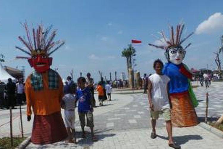 Suasana acara peresmian Taman Waduk Pluit, Penjaringan, Jakarta Utara, Sabtu (17/8/2013). Meski acara belum dimulai,ratusan warga sudah memadati kawasan itu.