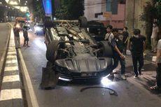 Mobil Terbalik Usai Tabrak Trotoar di Jalan Pangeran Antasari Dini Hari