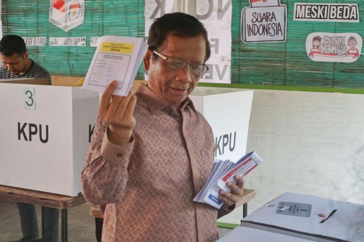 Mahfud MD saat akan memasukan surat suara ke kotak suara di TPS di Yogyakarta, Rabu (17/4/2019).