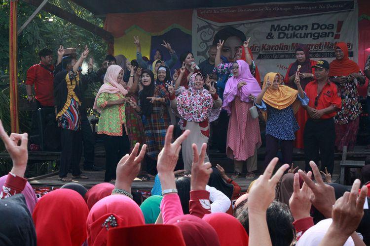 Calon Gubernur Kalimantan Barat Karolin Margret Natasa berjoget bersama ibu-ibu dalam kampanye dialogis di Desa Sengawang, Kecamatan Teluk Keramat Kabupaten Sambas (14/3/2018)
