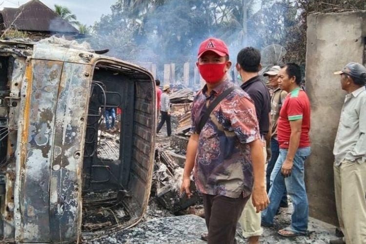 Lokasi kebakaran sebanyak tujuh rumah warga di i Jalan Lintas tepatnya Desa Air Dingin Baru, Kecamatan Tanjung Tebat, Kabupaten Lahat, Sumatera Selatan akibat truk pengangkut daging menabrak tempat penjual bensin eceran, Minggu (31/1/2021). Akibat kebakaran tersebut anak dan istri pengemudi truk tewas terpanggang di dalam mobil.
