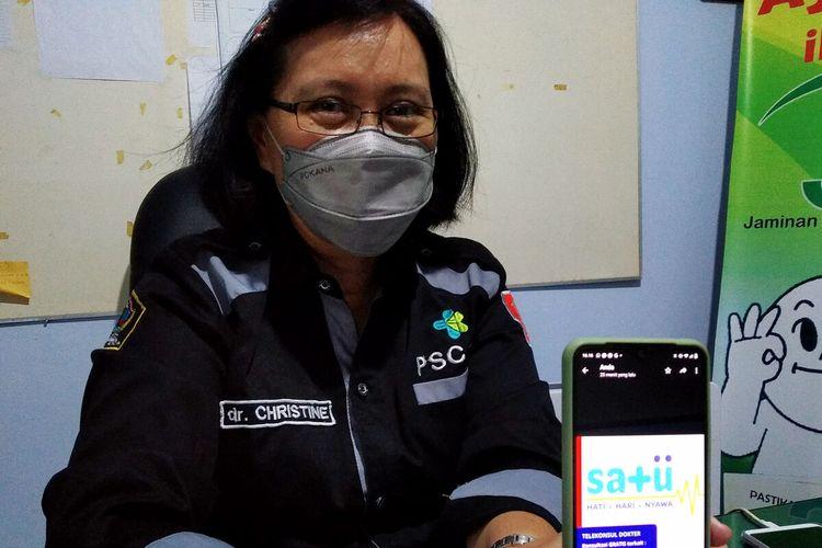 Christine Indrawati menunjukkan flier Tim Satu di ponselnya, Selasa (3/8/2021)