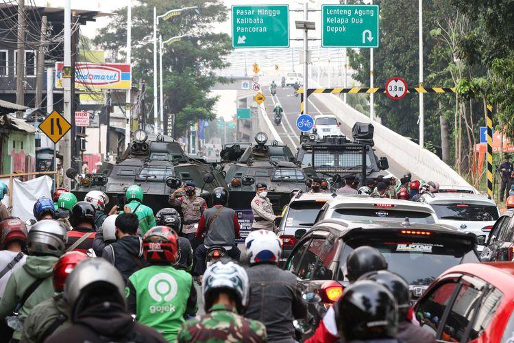 Anggota TNI dan Polri melakukan penyekatan kendaraan saat PPKM Darurat di Jalan Raya Lenteng Agung, Jakarta Selatan, Senin (5/7/2021). Penyekatan ini mengakibatkan kemacetan parah di ruas Jalan Raya Lenteng Agung.