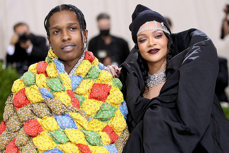 Rihanna dan Asap Rocky menghadiri Met Gala 2021.