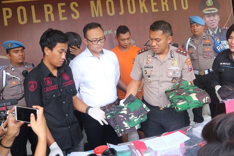 KG alias Ali, anggota TNI AL gadungan yang memperdayai 5 orang janda, saat dipublikasikan kepada wartawan di Mapolres Mojokerto, Jawa Timur, Senin (17/2/2020).