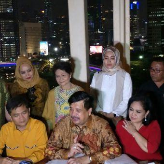 Kuasa Hukum Hanura Kubu Daryatmo Adi Warman (tengah duduk) memberikan keterangan terkait putusan sela yang memenangkan kliennya