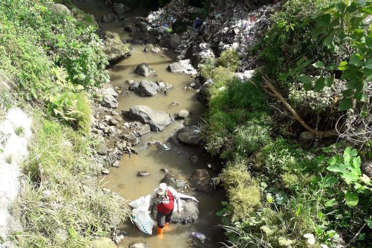 Relawan mengangkut sungai dalam penyelenggaraan WCD 2021