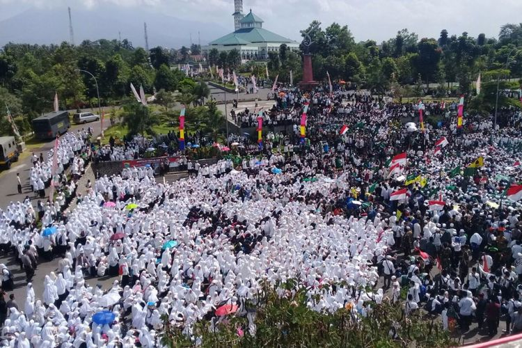 Belasan ribu warga NU di Kabupaten Tasikmalaya berunjuk rasa menolak sekolah lima hari, di halaman kantor Bupati Tasikmalaya, Selasa (15/8/2017).