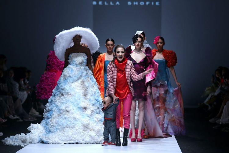 Bella Shofie dan koleksi busananya yang terinspirasi awan di pangging Jakarta Fashion Week 2020.