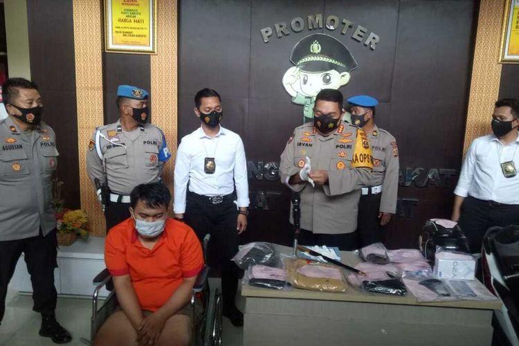 Polrestabes Palembang ketika melakukan gelar perkara terkait pembunuhan YL (25) yang ditemukan tewas dalam kamar hotel usai dibunuh oleh pelanggannya sendiri, Senin (18/1/2021).