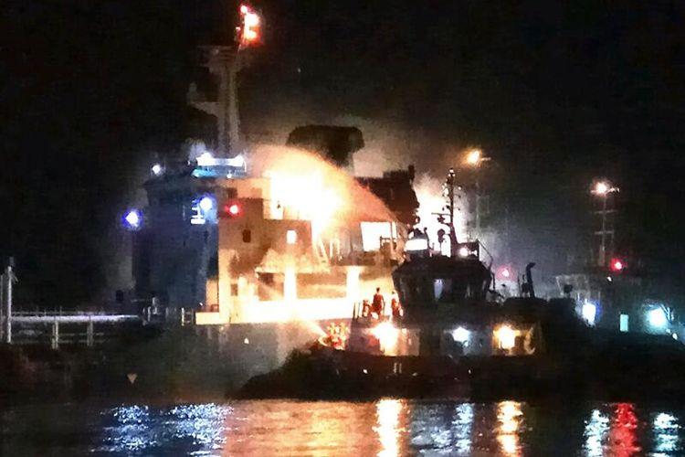 Proses pemadaman kapal tanker KM Samudera Biru 168 yang terbakar setelah bertabrakan dengan KM Rokan Permai di alur Sungai Kapuas, Pontianak, Kalimantan Barat, Jumat (7/4/2017)