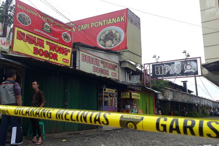 Lokasi area parkir tempat hiburan malam Lips Club Bogor, di Jalan Sukasari, Bogor, Jawa Barat, diberi garis polisi setelah terjadi insiden keributan yang menyebabkan satu orang meninggal terkena tembakan, Sabtu (20/1/2018).