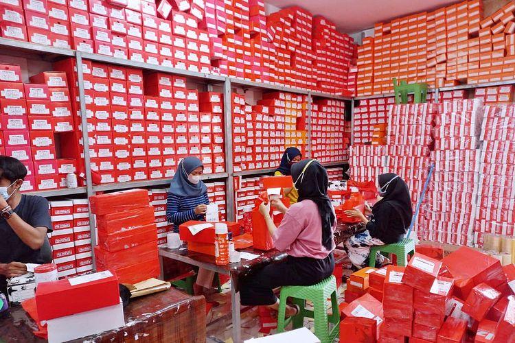 Karyawan Pollenzo Shop sedang mengemas barang di Gudang Pollenzo Bogor