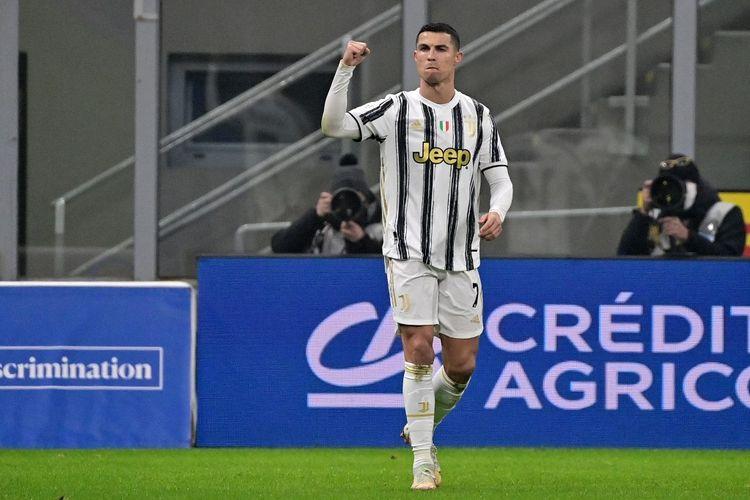 Penyerang Juventus Cristiano Ronaldo berselebrasi usai mencetak gol ke gawang Inter Milan pada laga leg pertama semifinal Coppa Italia 2020-2021 di Stadion Giuseppe Meazza, Selasa (2/2/2021) atau Rabu dini hari WIB.