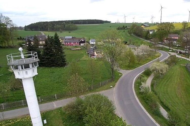 Inilah pemandangan desa Modlareuth yang di masa Perang Dingin terpisah menjadi dua. Kini sisa-sisa masa lalu masih terlihat, salah satunya adalah menara penjagaan di latar depan.