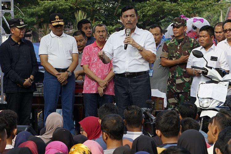 Menko Bidang Kemaritiman Luhut Binsar Panjaitan (tengah) didampingi Gubernur Riau Syamsuar (ketiga kiri), Kapolda Riau Irjen Pol Widodo Eko Prihastopo (kedua kiri) dan Wali Kota Pekanbaru Firdaus (kiri) memberikan sambutan di area Car Free Day Pekanbaru, Riau, Minggu (3/3/2019). Kedatangan Luhut Binsar Panjaitan ke Pekanbaru untuk menghadiri HUT ke-100 Damkar, Hut ke-69 Satpol PP dan HUT ke-57 Satlinmas yang diperingati secara serentak di Pekanbaru. ANTARA FOTO/Rony Muharrman/foc.