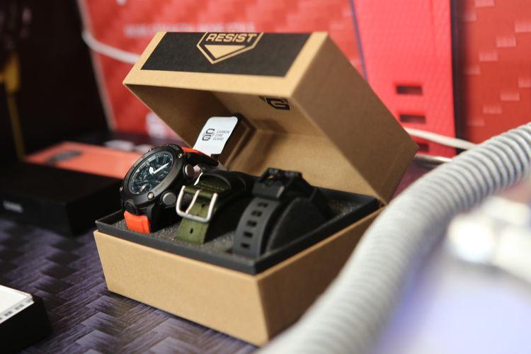 G-Shock GA-2000E-4A yang dijual dengan harga Rp3.399.000, dilengkapi dua strap alternatif berikut alat tuas pengait slide lever.