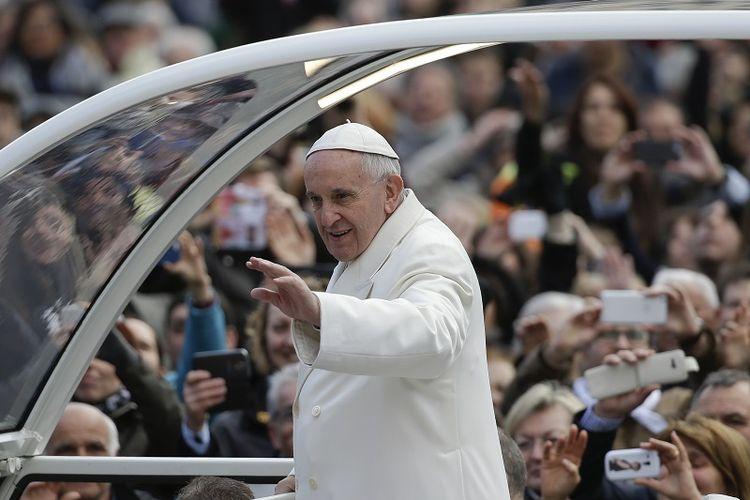 Paus Francis melambaikan tangan ketika dia tiba untuk memimpin audiensi umum mingguannya di Lapangan Santo Petrus di Vatikan, 10 Februari 2016. (REUTERS/Max Rossi)
