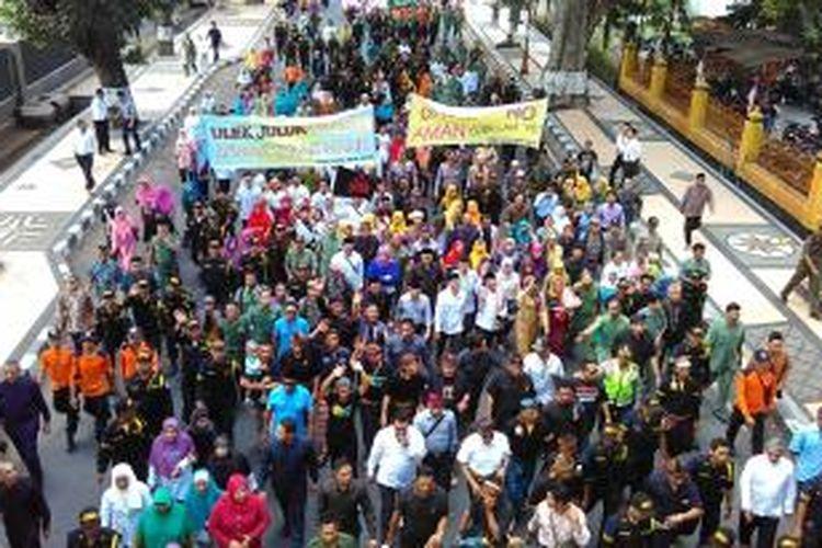 Ratusan warga mengarak Ahyar Abduh dan Mohan Roliskana