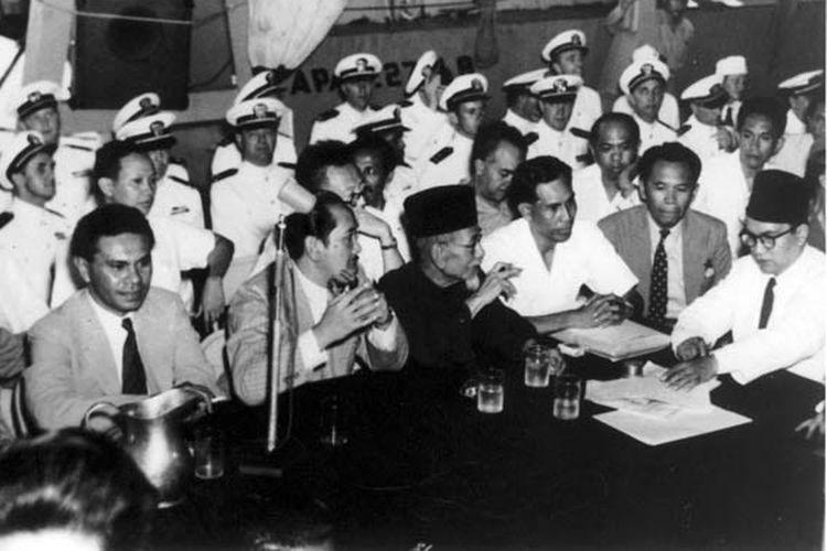 Delegasi Indonesia dalam Perjanjian Renville. Dari kiri ke kanan: Johannes Latuharhary, Ali Sastroamidjojo, Agus Salim, Johannes Leimena, Setiadjit Soegondo, Amir Syarifuddin